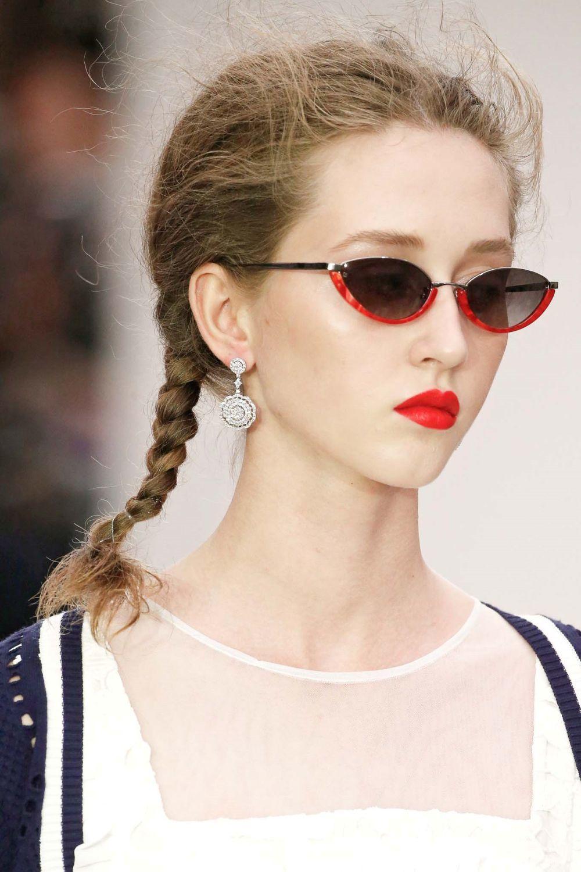 นางแบบ ผมยาวถักเปียสองข้าง เดินโชว์งาน London Fashion Week SS20