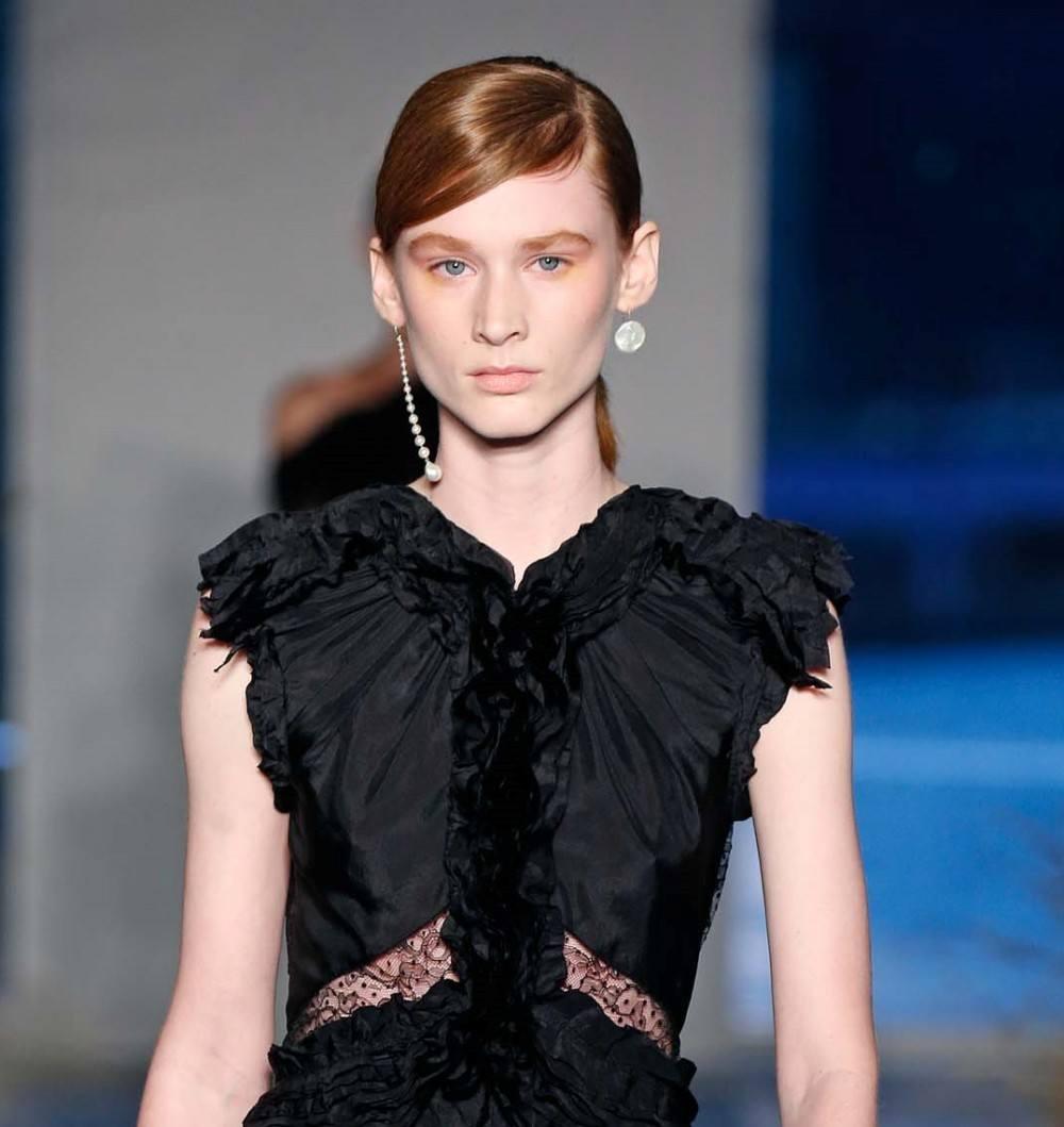 นางแบบผิวขาว ผมยาว รวบผมหางม้าต่ำ บนเวที New York Fashion Week SS20