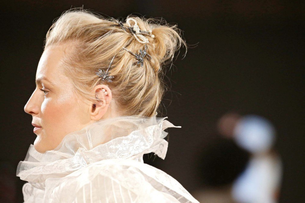 นางแบบ เกล้าผมติดกิ๊บ จากแบรนด์ Marc Jacobs ในงาน New York Fashion Week SS20