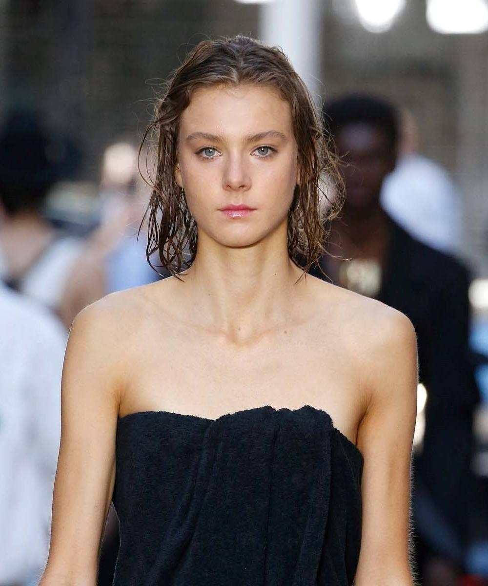 นางแบบ ผมยาว ทำผมสไตล์ Wet look ขึ้นเวที London Fashion Week SS20