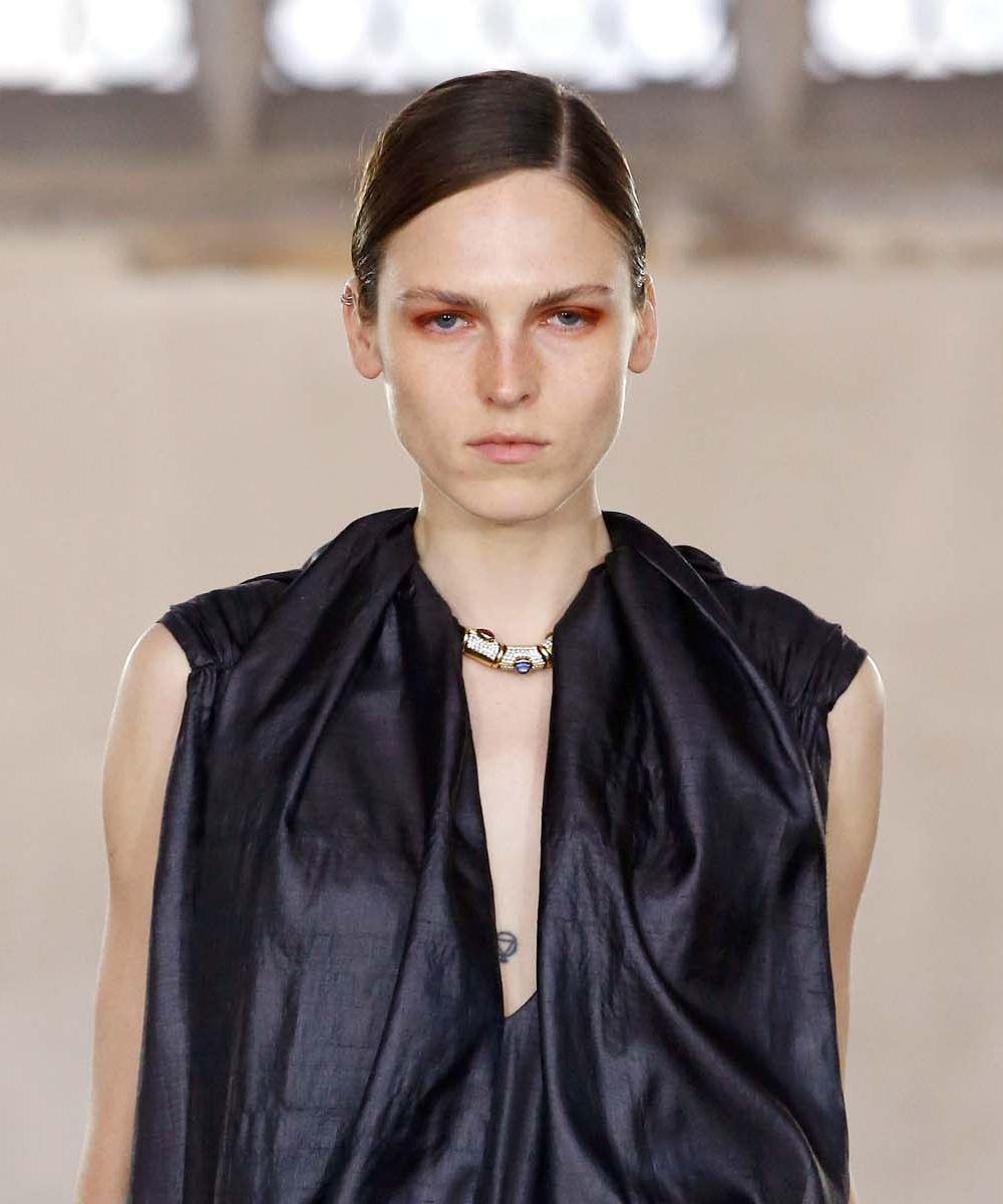 นางแบบ ผมยาว รวบผมหางม้า แสกข้างลึก ขึ้นเวที London Fashion Week SS20