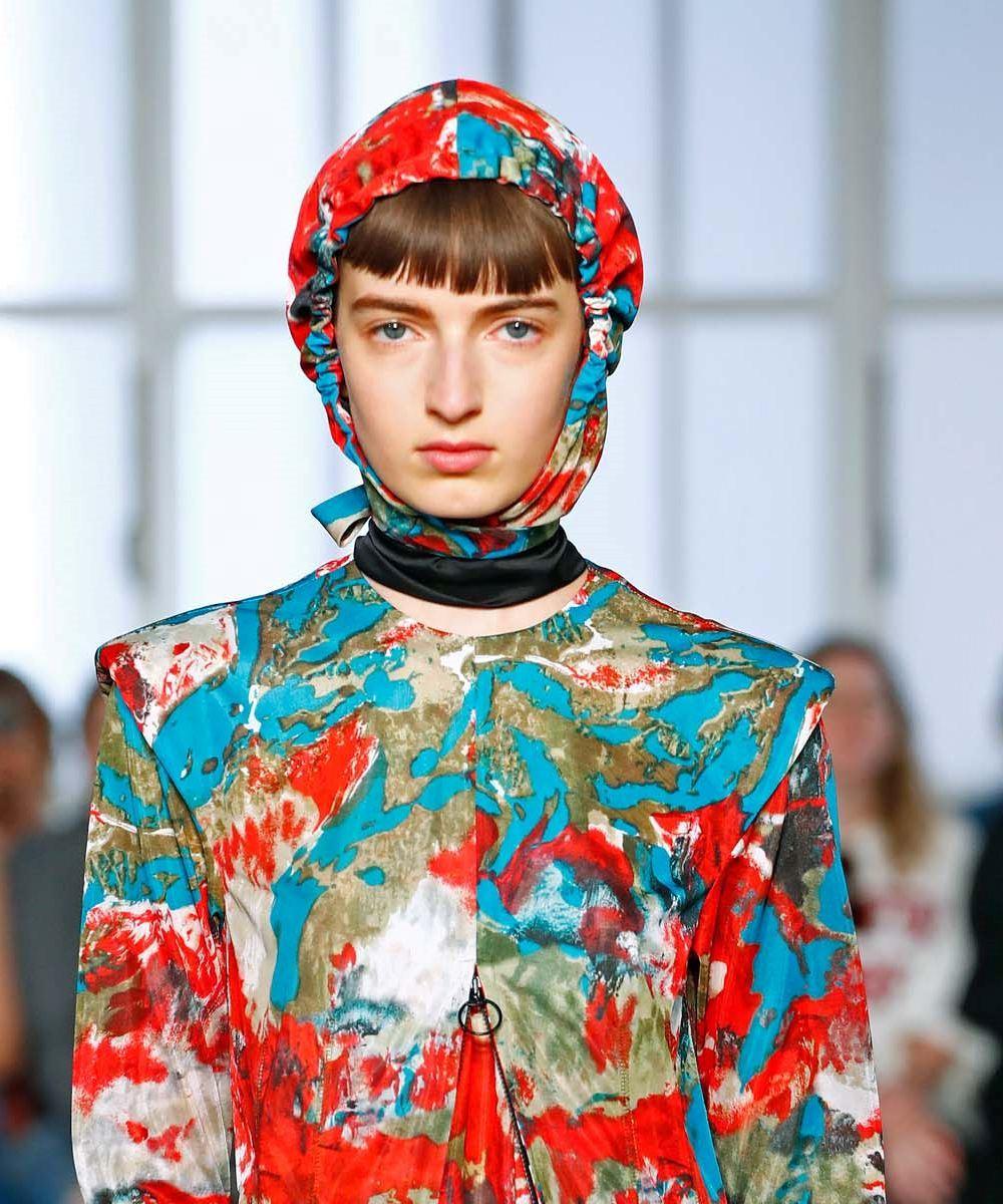 นางแบบสวมผ้าคลุมผม จาก toga ใน london fashion week ss20