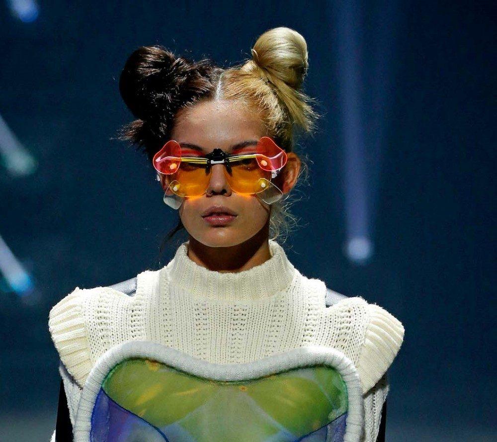 นางแบบผิวสี ทำทรงผมมวยจุกสองข้างแต่คนละสี บนเวที New York Fashion Week SS20