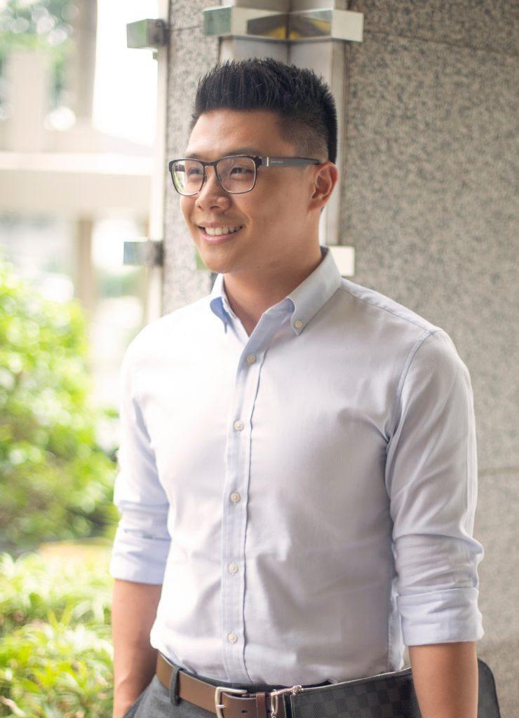 ผู้ชายไทยตัดผมสั้น ใส่แว่นสายตา