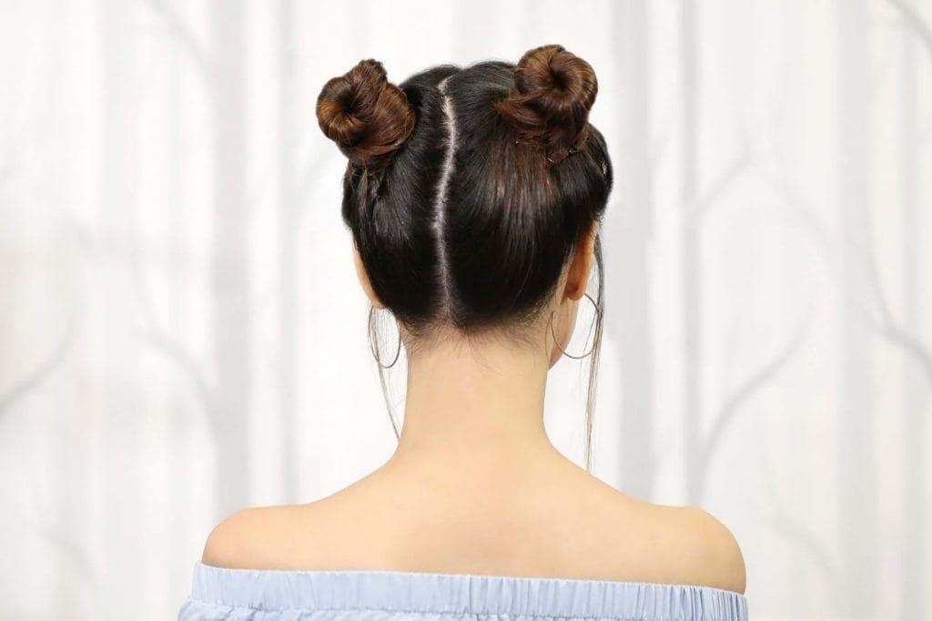 ผู้หญิงเอเชียผมยาวประบ่าสีดำ ทำผมดังโงะ 2 ข้าง