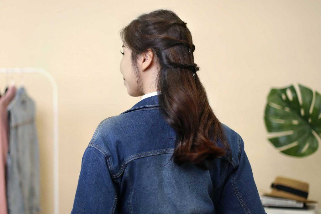 ผู้หญิงเอเชียผมยาวสีดำ ทำทรงผมไปเรียนง่ายๆ