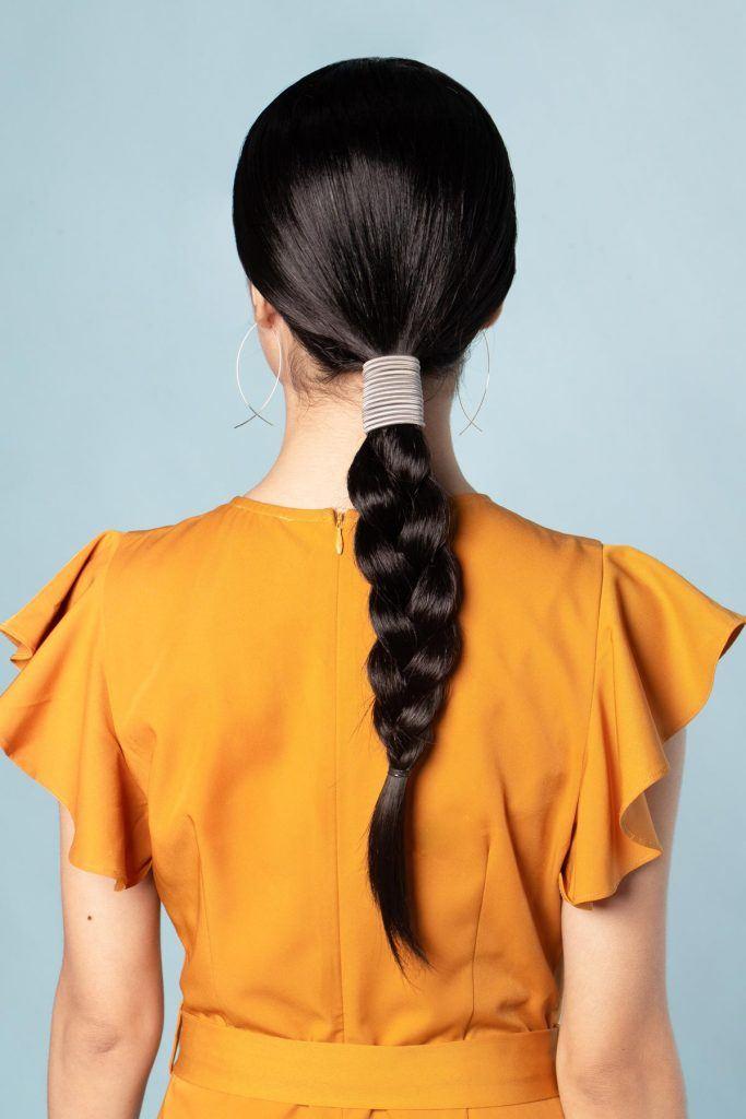 ผู้หญิงเอเชีย สาธิตวิธีการทำผม ผมเปียหางม้า