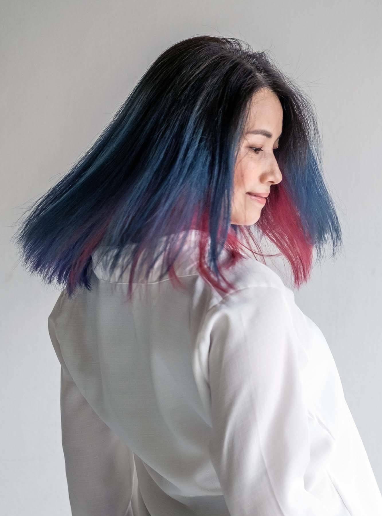 ผู้หญิงเอเชีย สวมเสื้อเชิ้ตสีขาว ผมสีแดง ผมสีฟ้า