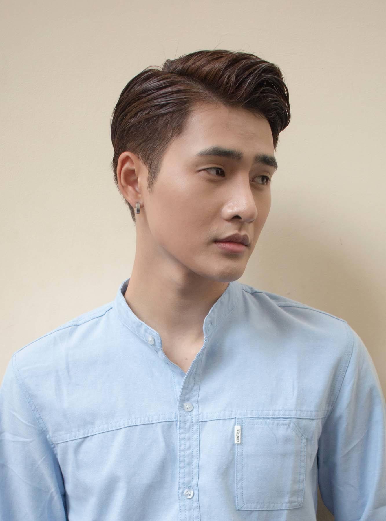 ผู้ชายเอเชีย ไว้ผมสั้น สีน้ำตาลเข้ม ทรงผมชายวินเทจ หวีเสยข้าง
