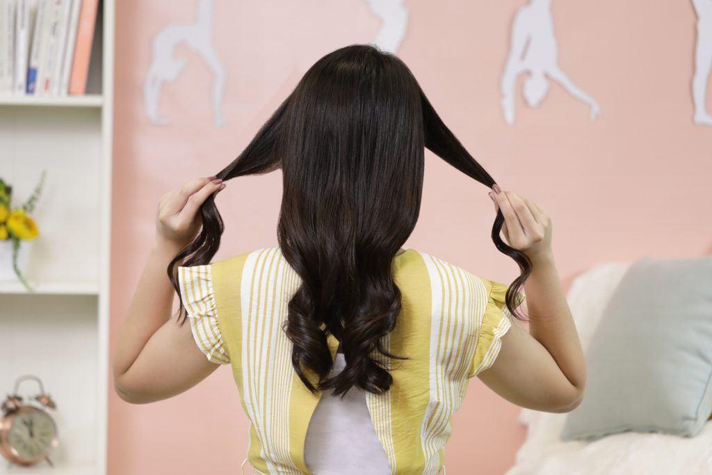ผู้หญิงเอเชีย ผมยาว สาธิตวิธี เกล้าผมต่ำ