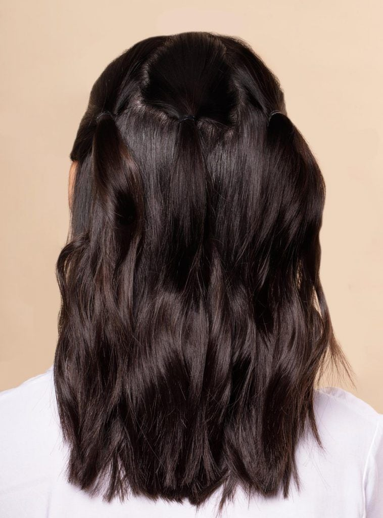 ผู้หญิงเอเชีย ผมประบ่า สาธิตวิธีถักเปียครึ่งหัว