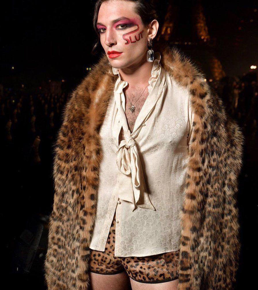 Ezra Miller เอซรา มิลเลอร์ แต่งหน้า ทำผมปอมปาดัวร์ไปร่วมงาน Saint Laurent ที่ Paris Fashion Week Spring Summer 2020