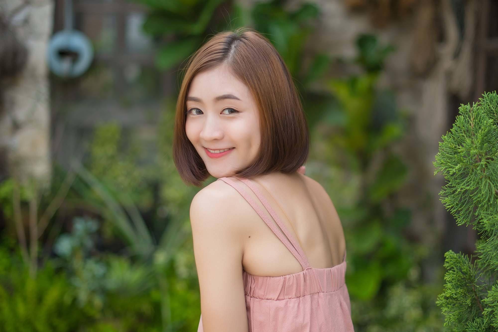 ผู้หญิงเอเชีย ผมบ๊อบ เสื้อสีชมพู