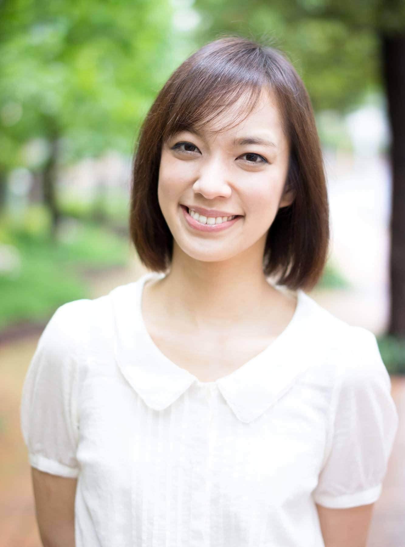 ผู้หญิงเอเชีย ผมบ๊อบ เสื้อสีขาว