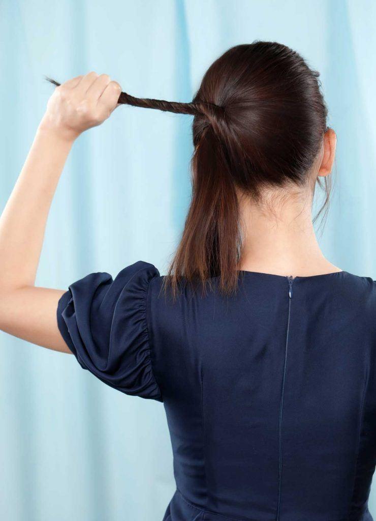 ผู้หญิงเอเชียผมยาวสีดำ กำลังบิดเกลียมผม