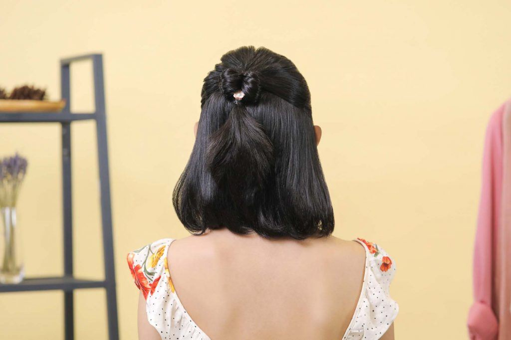 ผู้หญิงเอเชียผมสั้นสีดำหน้าม้าตรง ทำผมรูปโบว์