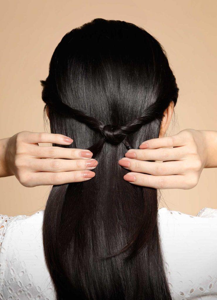 ผู้หญิงเอเชียผมยาวสีดำ กำลังทำผม