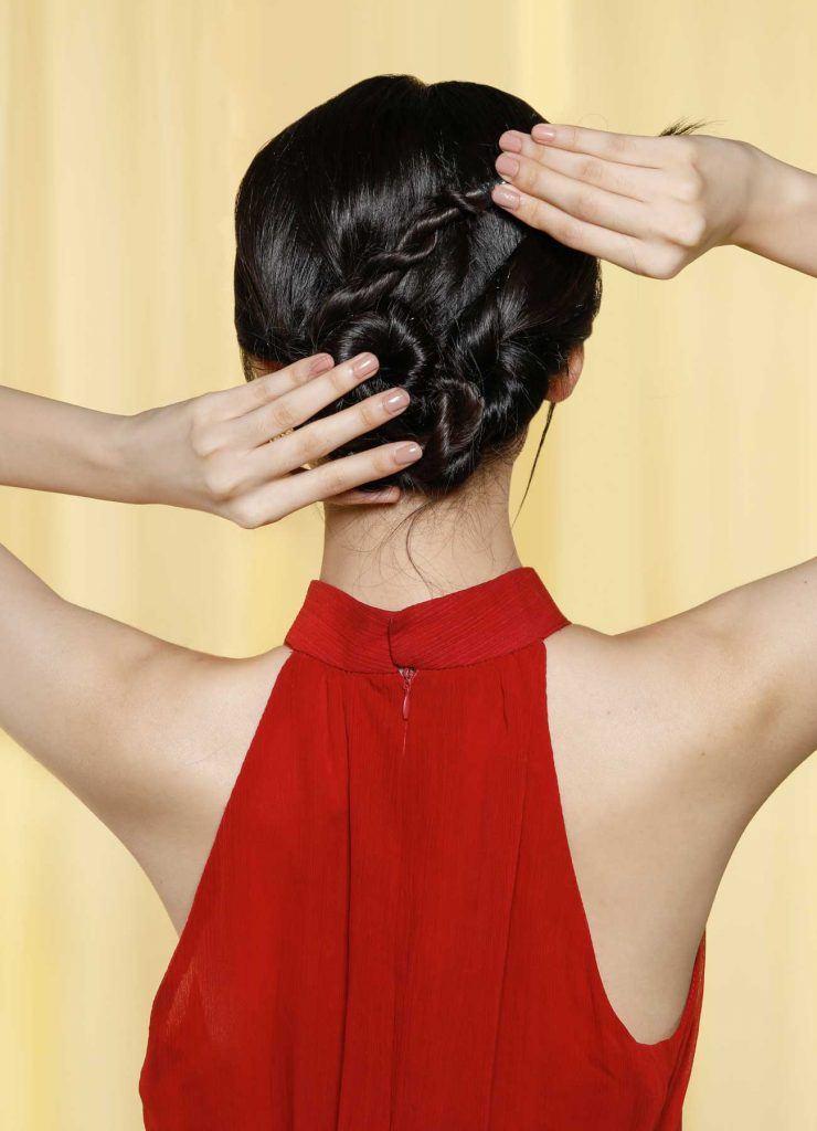 ผู้หญิงเอเชียผมยาวสีดำ กำลังทำผมเกล้าออกงาน