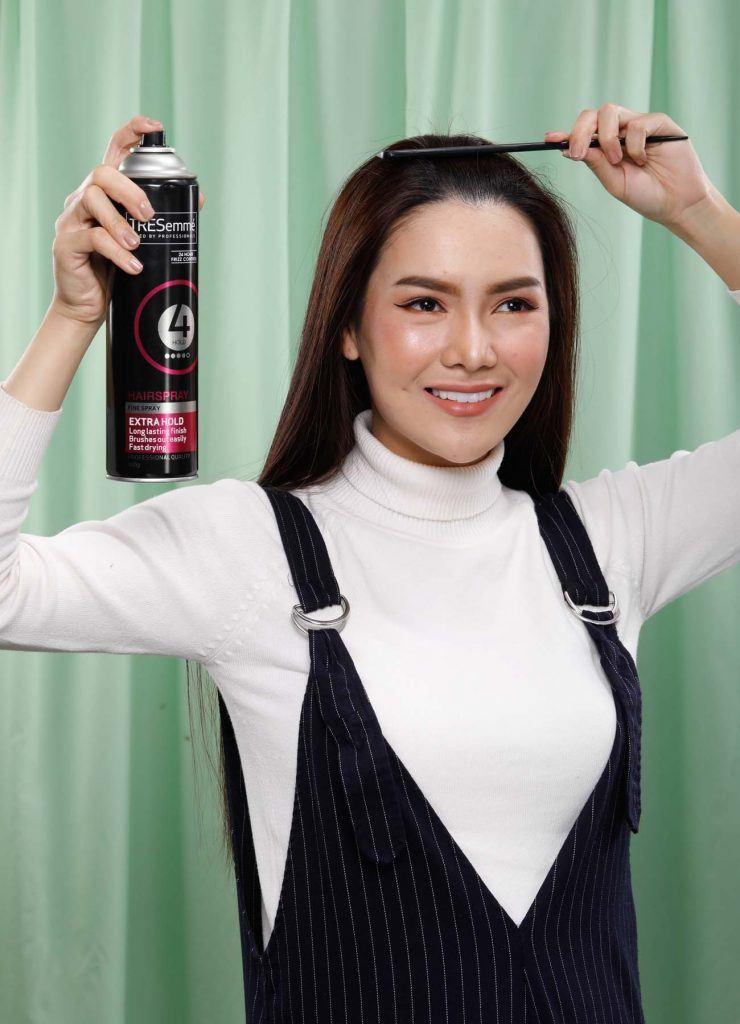 ผู้หญิงเอเชียผมยาวสีดำ กำลังฉีดสเปรย์