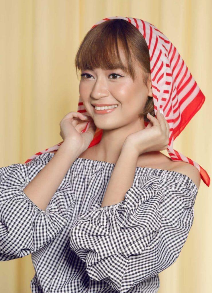ผู้หญิงเอเชียผมบ๊อบสั้น กำลังคาดผ้าผูกผมสีขาวแดง ผ้าโพกผม