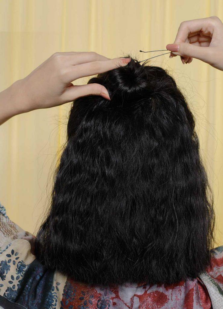 ผู้หญิงเอเชียผมสั้นหยักศกสีดำ มัดผมบันครึ่งหัว