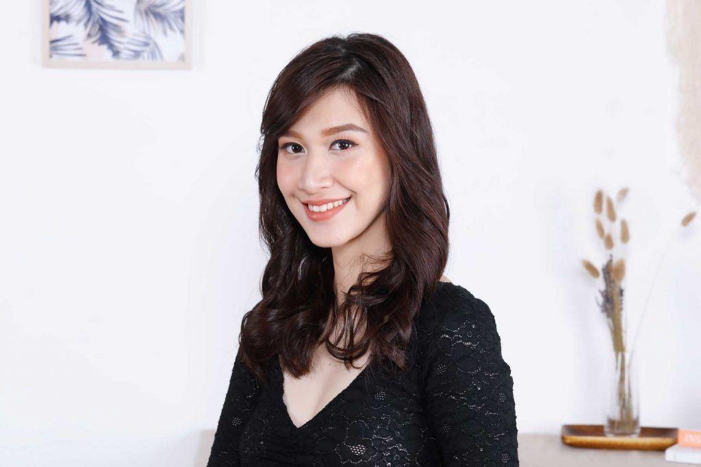 ผู้หญิงเอเชียผมยาวสีดำ