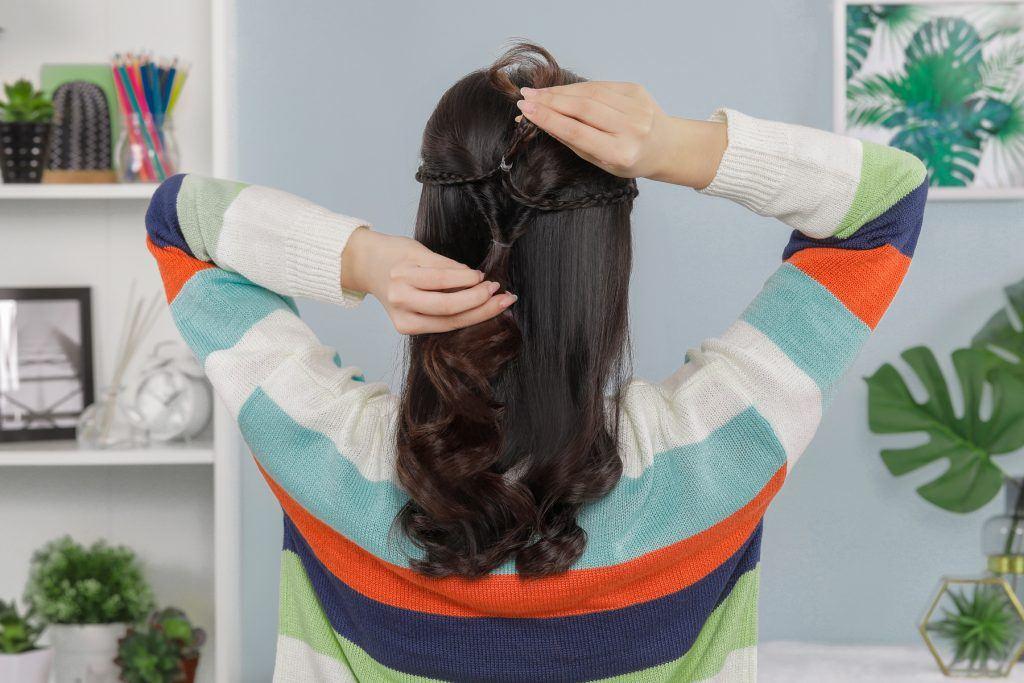 ผู้หญิงเอเชียผมยาวสีดำ ทรงผมทำเองง่ายๆ
