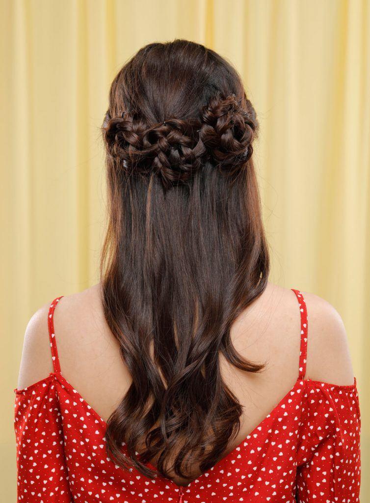ผู้หญิงเอเชียผมยาวสีดำ ถักเปียดอกไม้